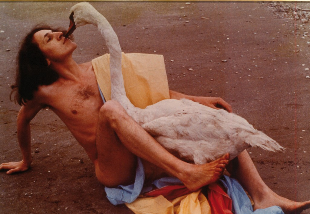 Leda e il Cigno, 1975. Fotografia a colori su carta, grandezza naturale. Cortesy Galleria Fabio Sargentini, Roma