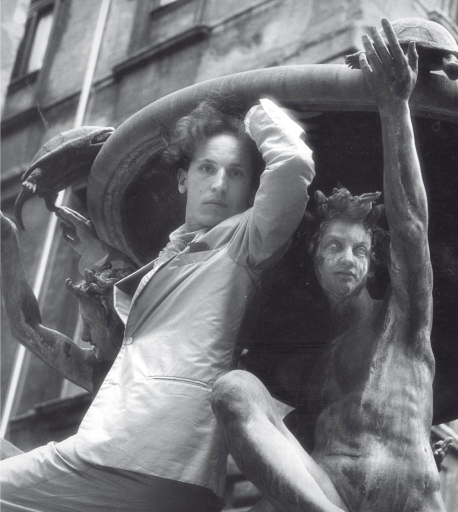 Luigi Ontani ritratto in Piazza Mattei negli anni Ottanta, Roma. Foto: Montgomery