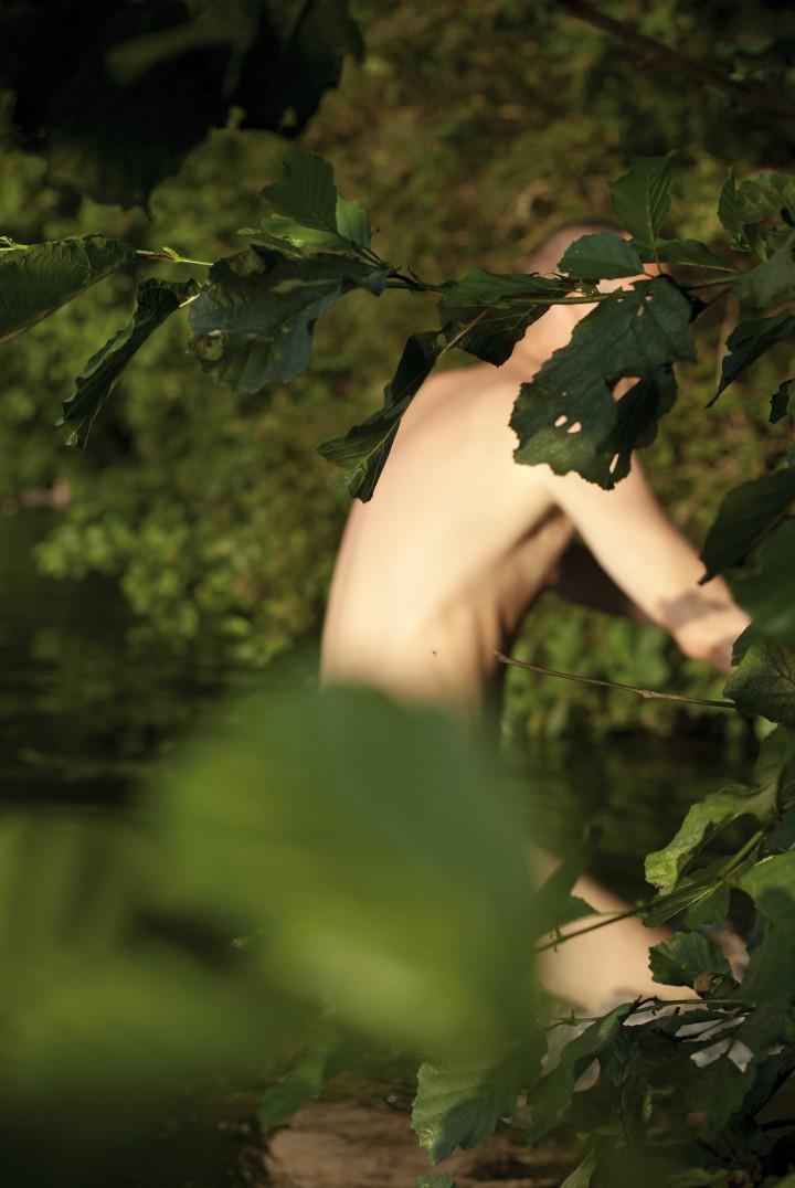 Anders, Behind, Leaves, 2010. Stampa digitale, 204 x 135 cm. Courtesy Galería Juana de Aizpuru, Madrid; Chantal Crousel, Parigi; Regen Projects, Los Angeles; Daniel Buchholz, Berlino.