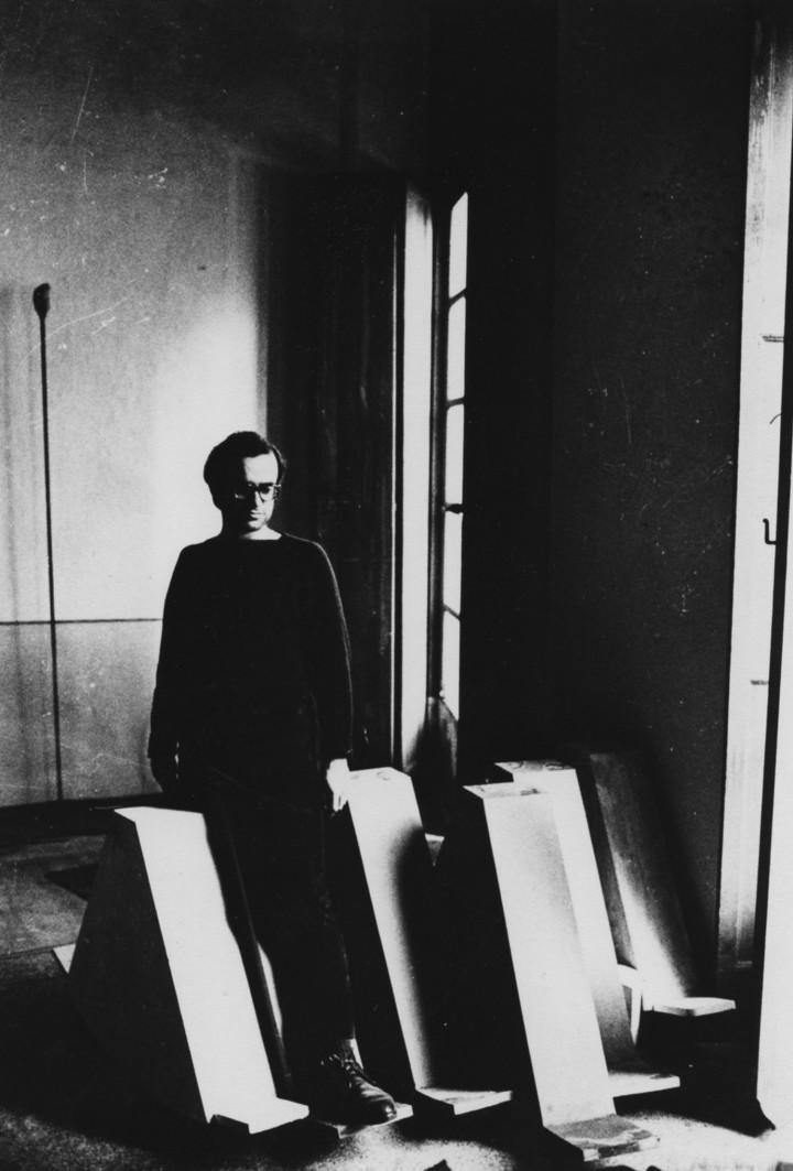 """Ritratto di Emilio Prini con""""Passi"""" (1967). Courtesy Galleria Lorcan O'Neill, Roma."""